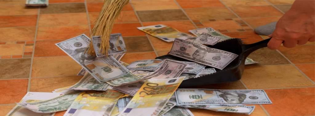 dinheiro sendo varrido