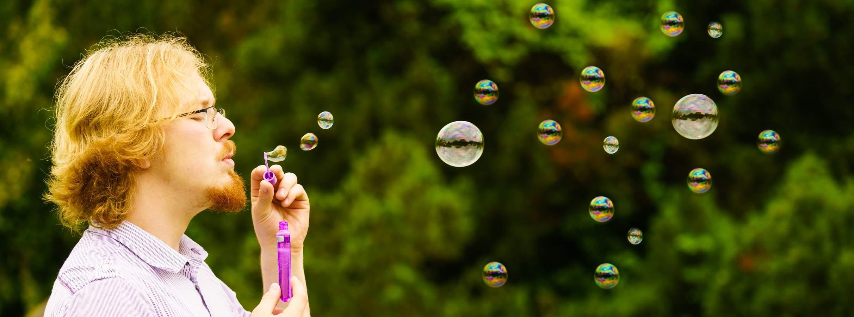 Homem soprando bolha