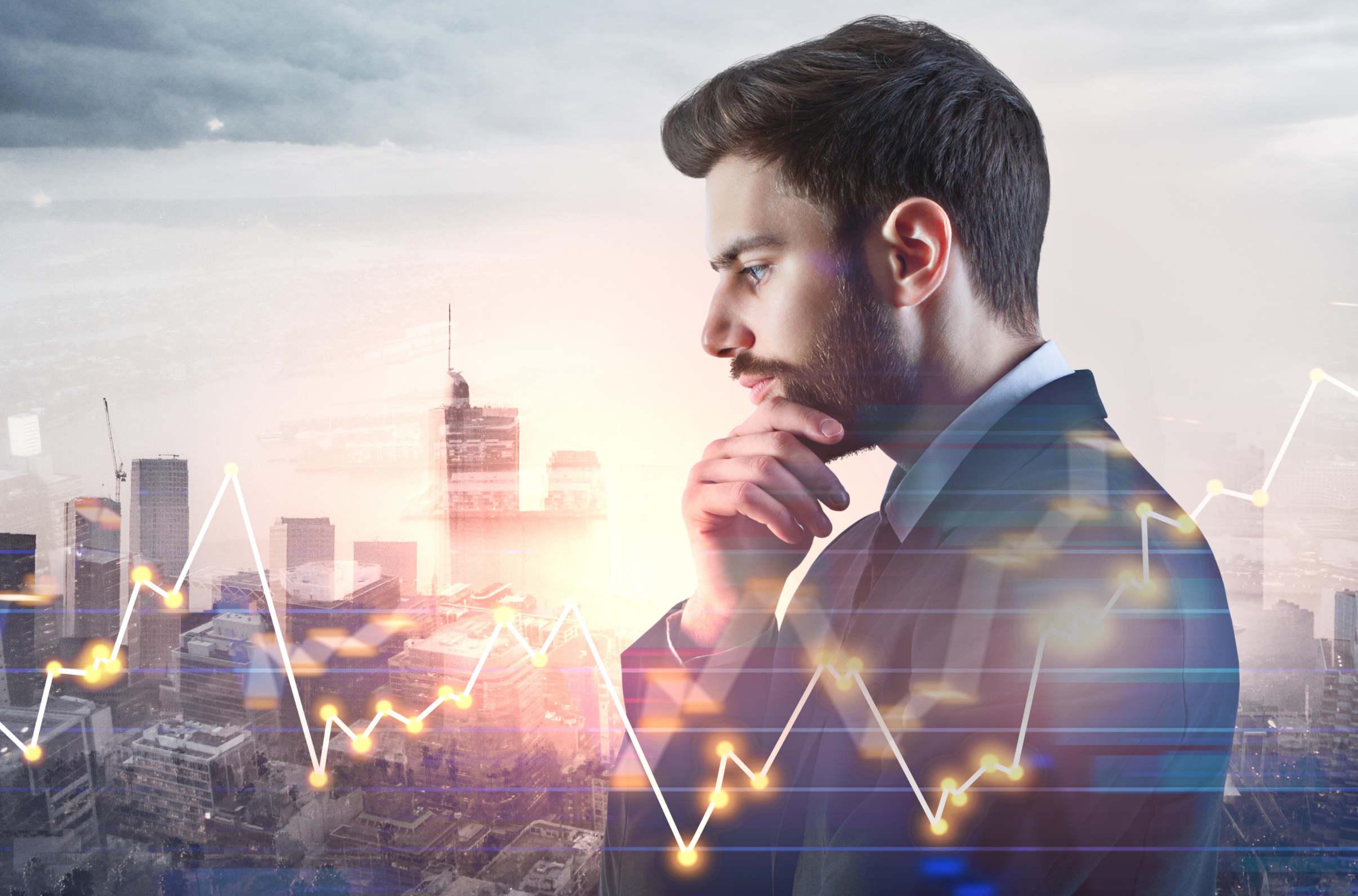 homem olhando para um gráfico do mercado futuro de bitcoin