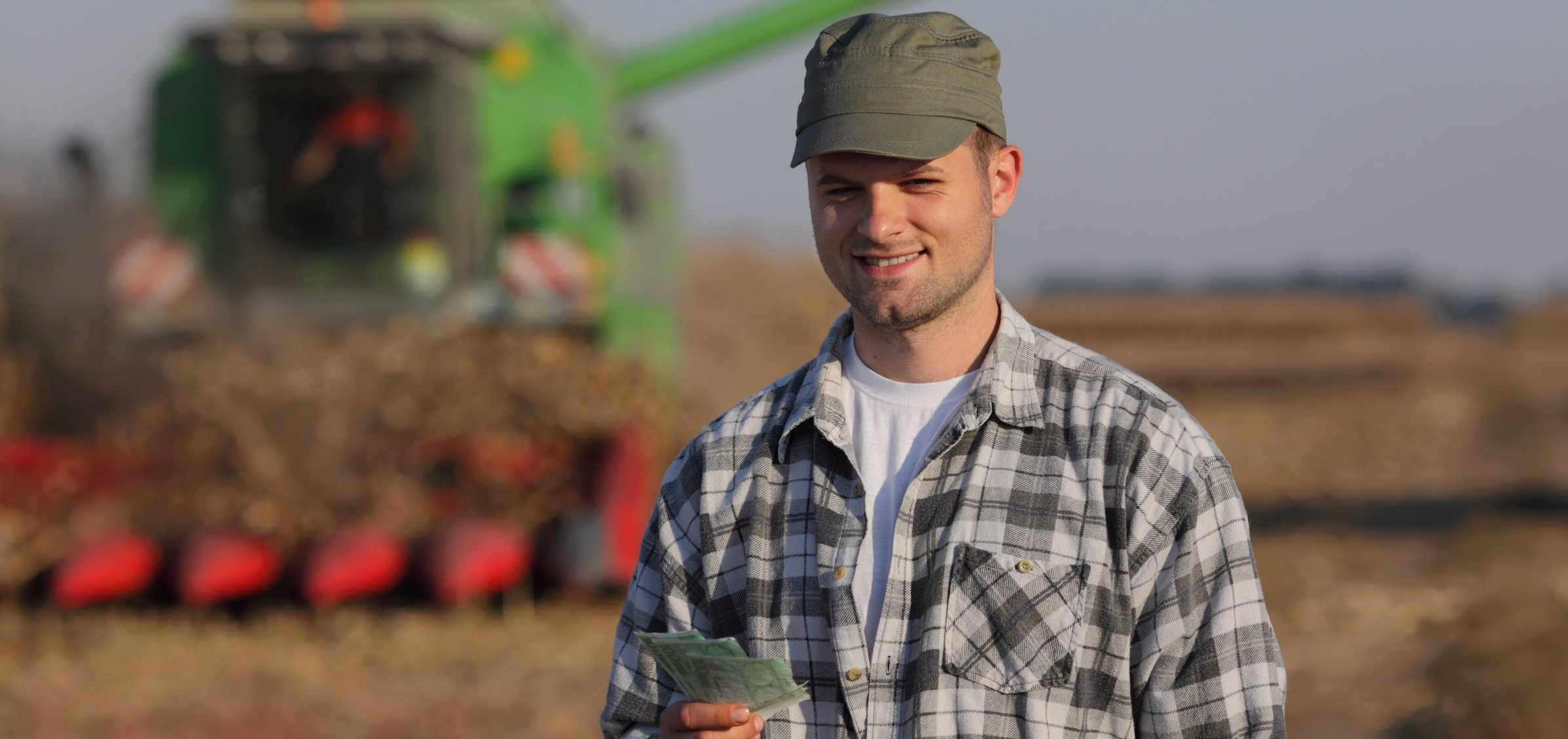 fazendeiro com kolion na mão