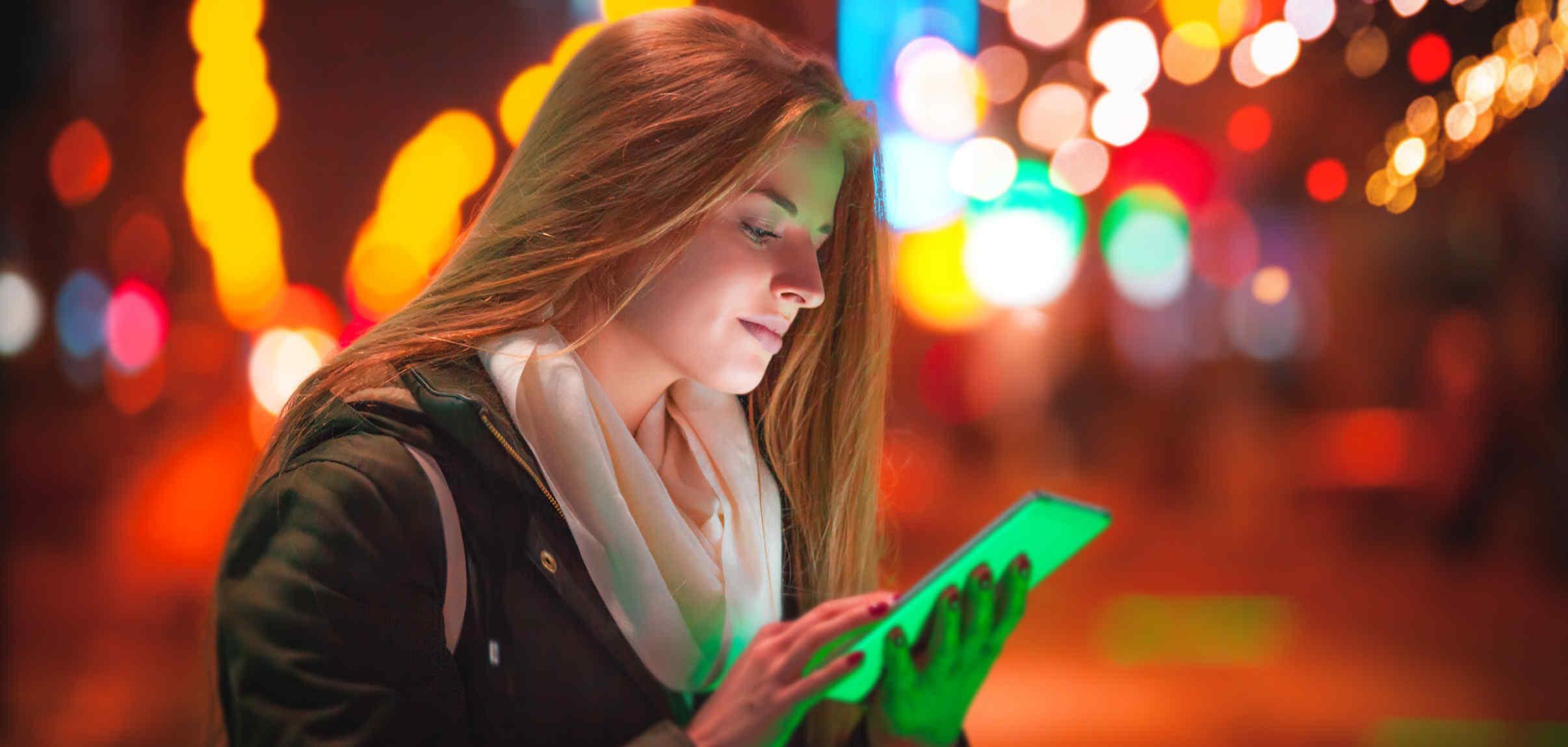 mulher usando tablet brave