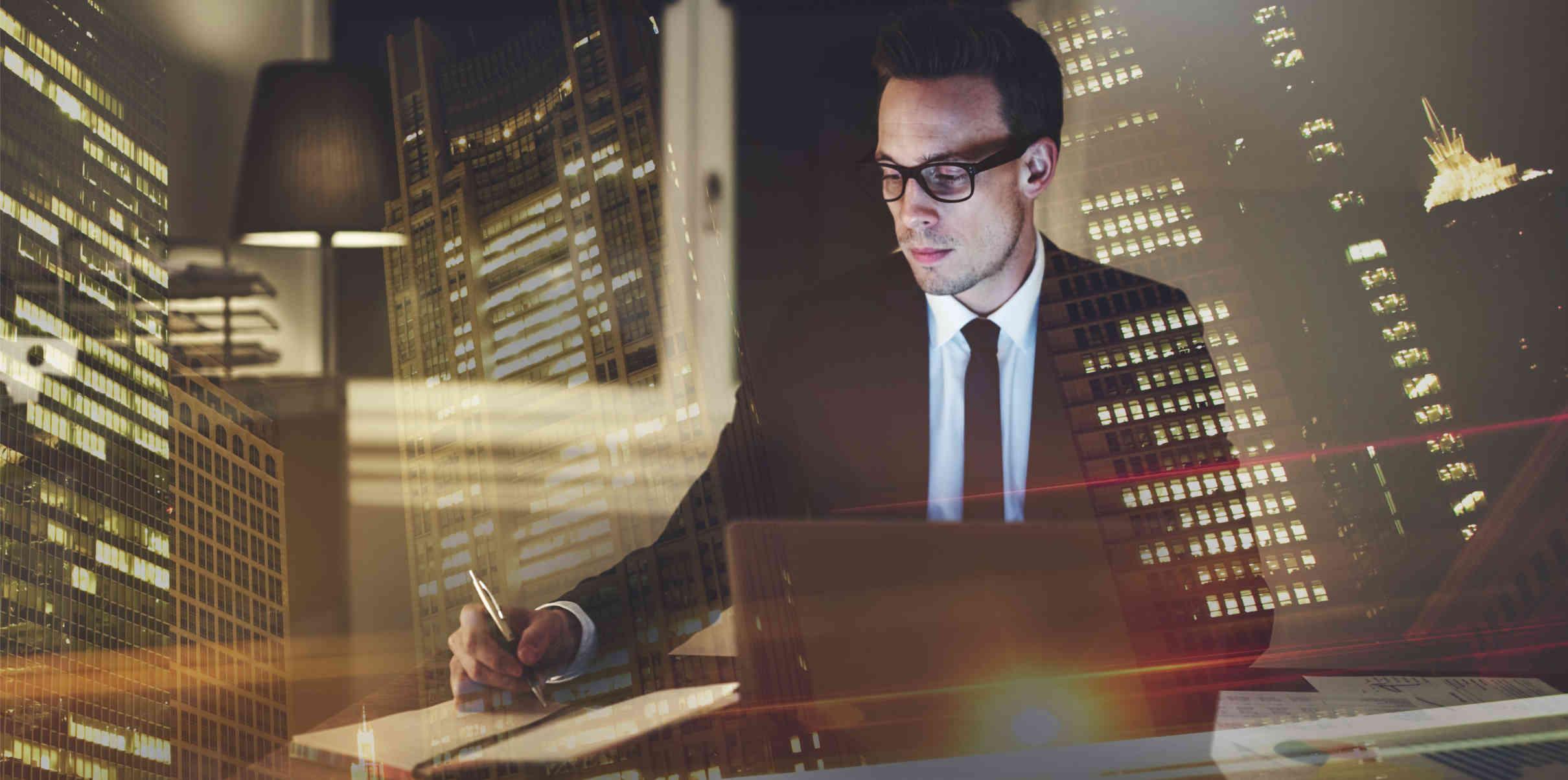 Smart Contracts homem escrevendo