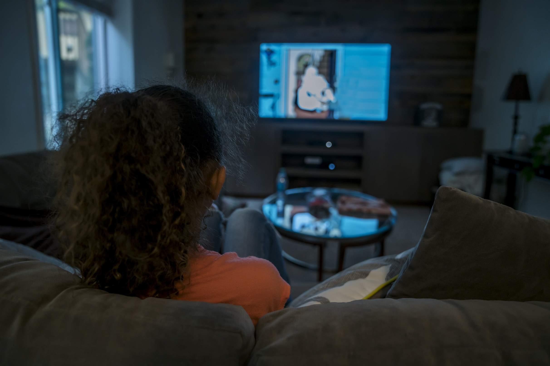 menina assistindo televisão