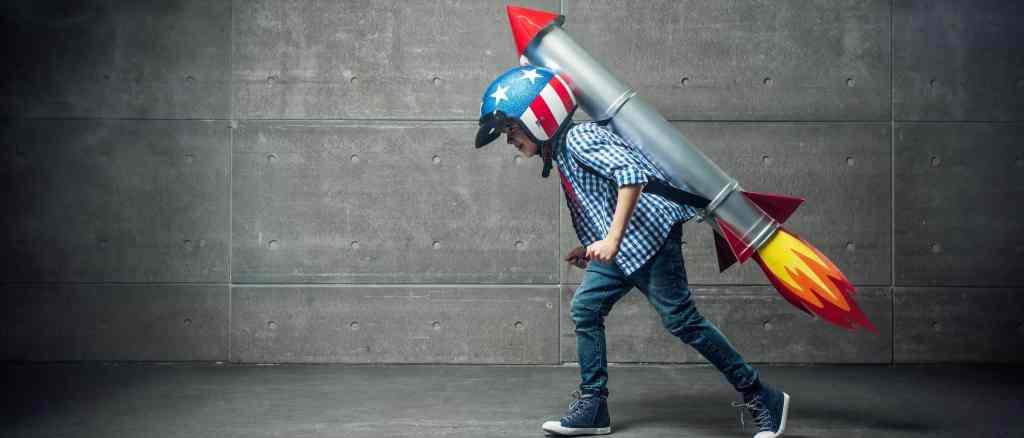 criança e um foguete