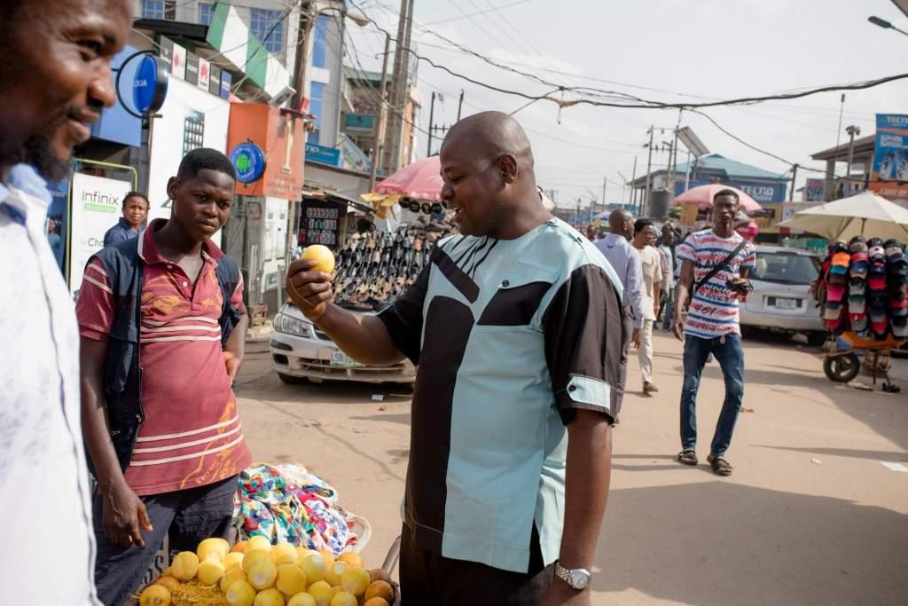 Homem no Zimbábue olhando para uma fruta