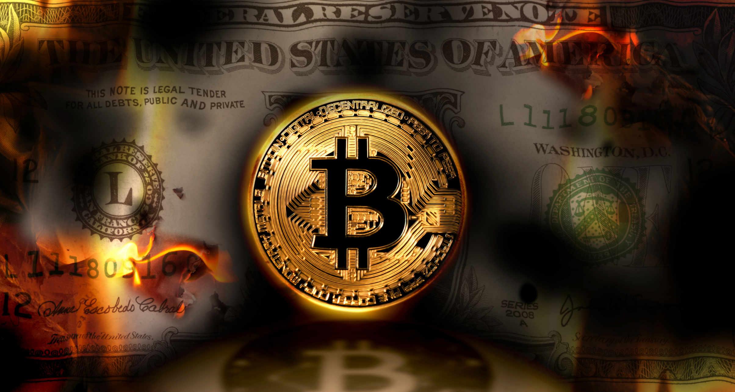 Dólar queimando e bitcoin no meio