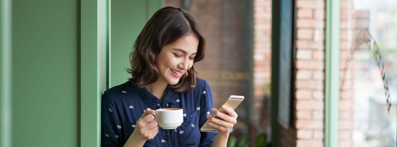 Imagem mostrando uma moça utilizando aplicativo de investimento
