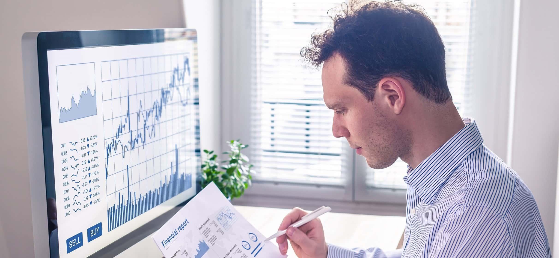 visão de mercado Google: homem analisando gráficos