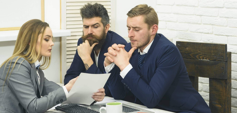 Gerente de banco apresentando produto financeiro a clientes