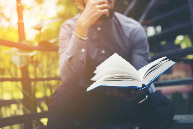 como investir melhor - homem lendo livro