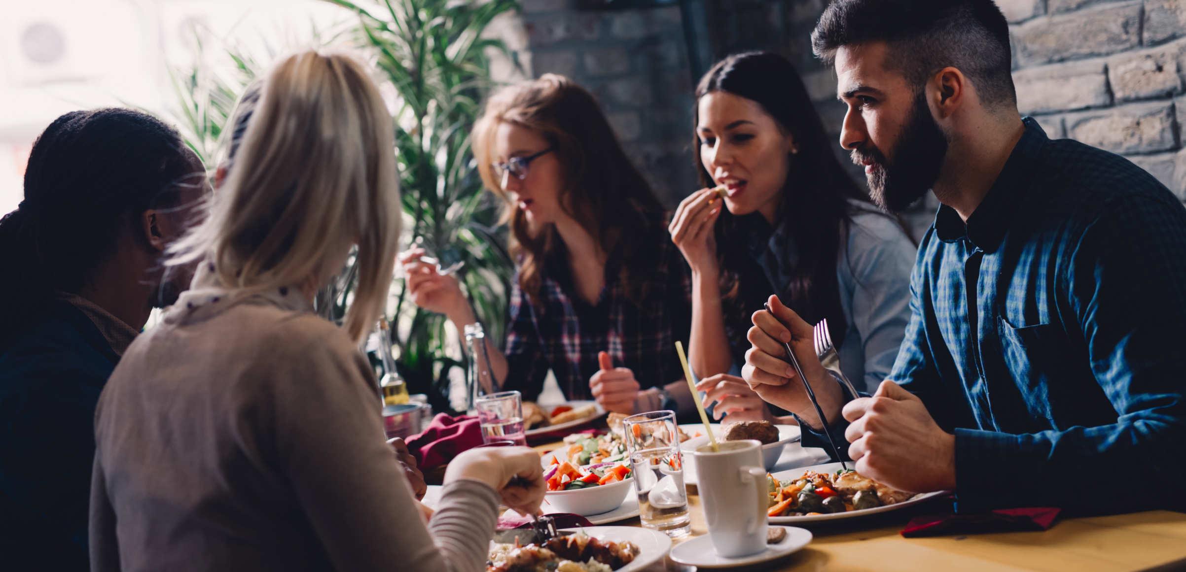 Pessoas comendo na mesa após usar Ripple (XRP)