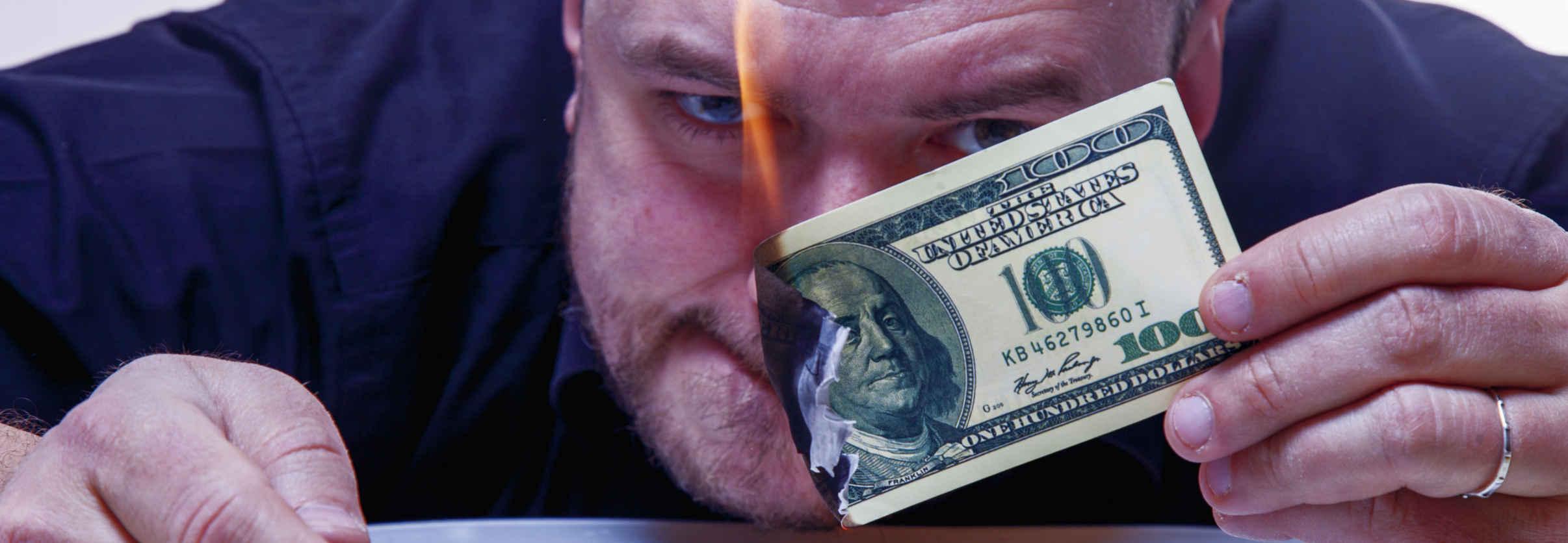 Pessoa queimando dólar por stablecoin