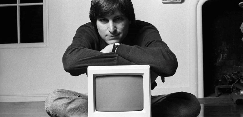 Steve Jobs e o primeiro computador da Apple, o Macintosh