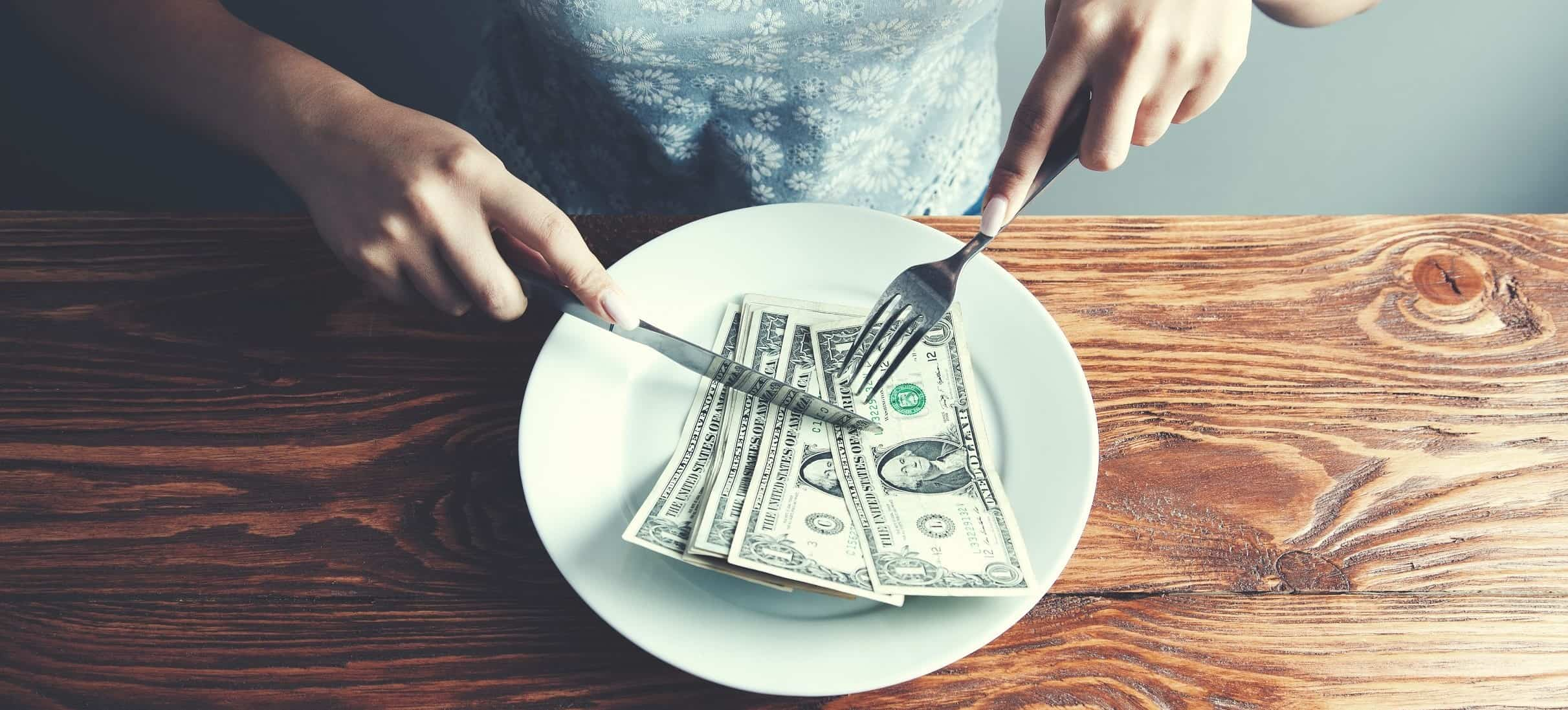 Economia no cotidiano - Dólar em um prato de comida