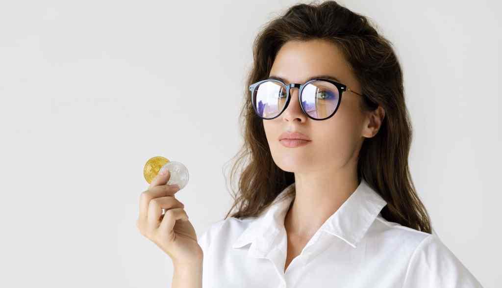 mulheres e investimentos - mulher segurando bitcoin