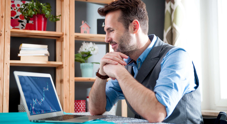 homem olhando para computador - renda passiva