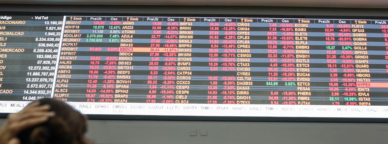 Ibovespa opera em queda influenciada por mercado externo