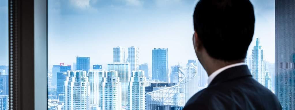 Investidor olhando para cidade - finaciador do bitcoin