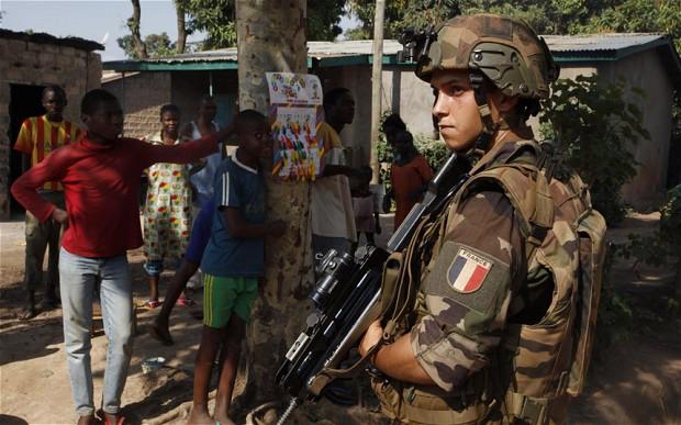 Soldado francês em guarda na cidade de Bangui, República Centro-Africana