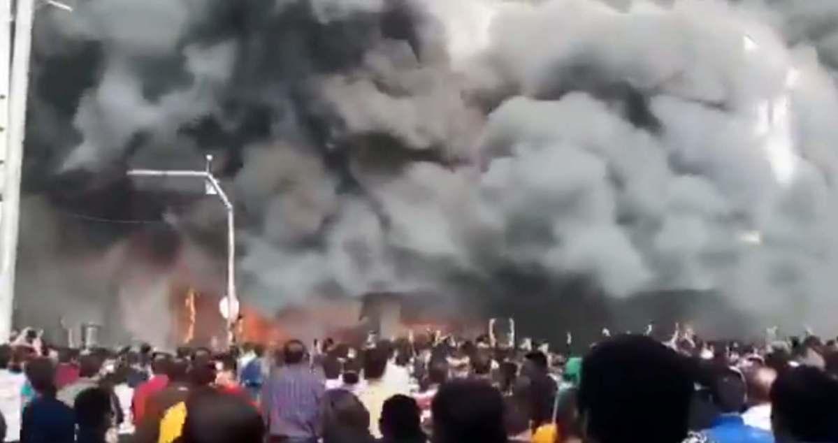 População queima Banco Central do Irã, veja o vídeo