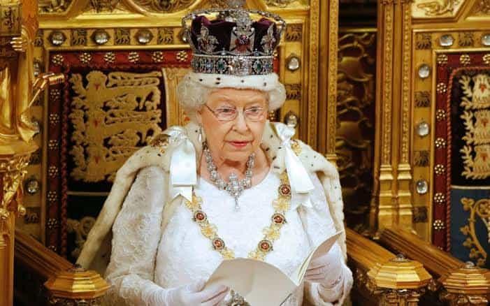 Rainha da Inglaterra não vê Bitcoin como moeda, mas quer cobrar impostos
