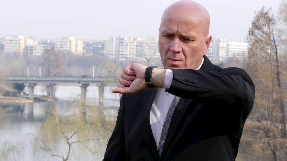 Homem careca olhando para o relógio