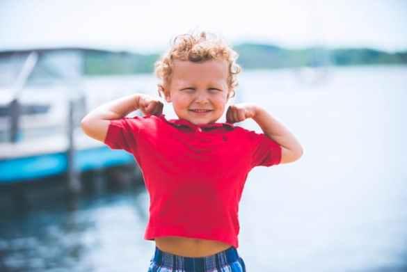 criança forte e feliz
