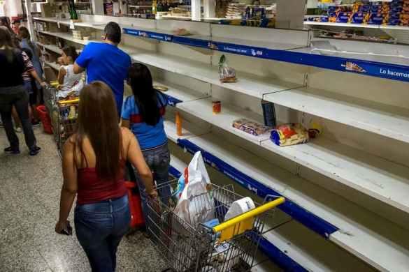 supermercado com prateleiras vazias