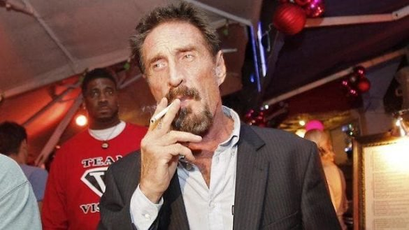 John McAfee fumando