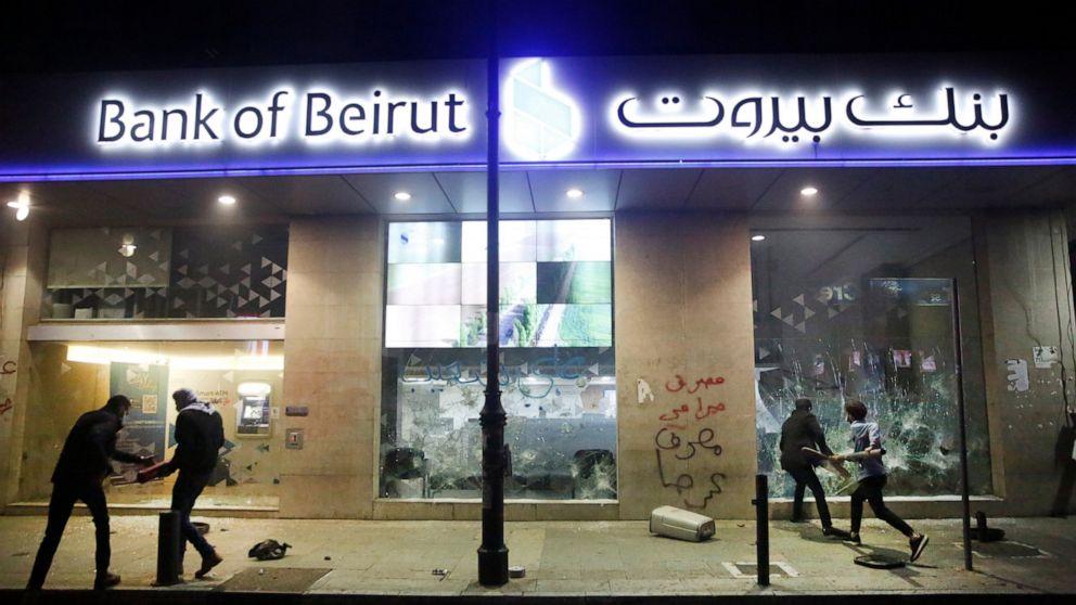 Bancos e governo querem confiscar dinheiro em meio a crise no Líbano