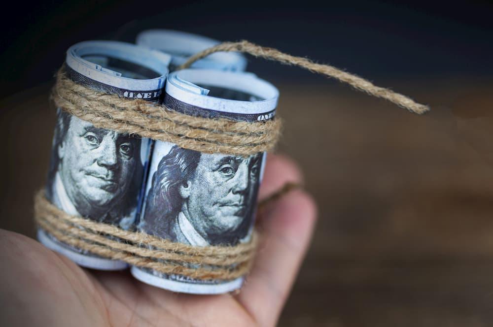 Dívidas: notas de dinheiro como bomba