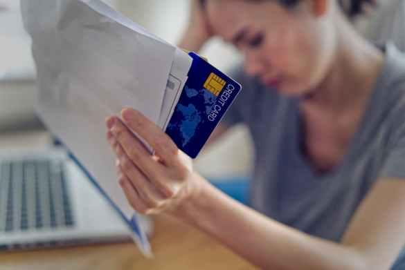 Mulher estressada com dívidas