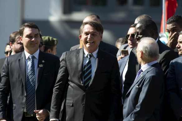 Bolsonaro andando sorrindo