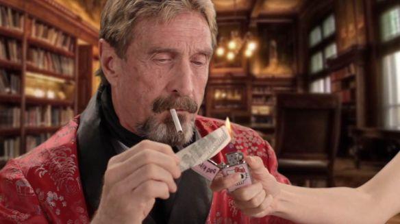 John McAfee fumando Dólar