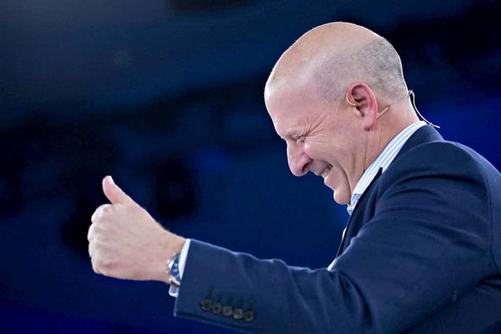 CEO Goldman Sachs dando joinha e feliz