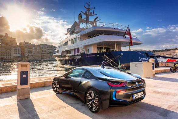 Barco e carro de luxo em Malta