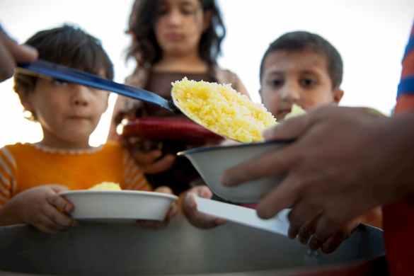 Crianças na fila para receber doação de comida