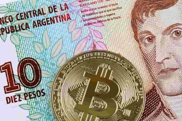 peso argentino com moeda dourada de bitcoin