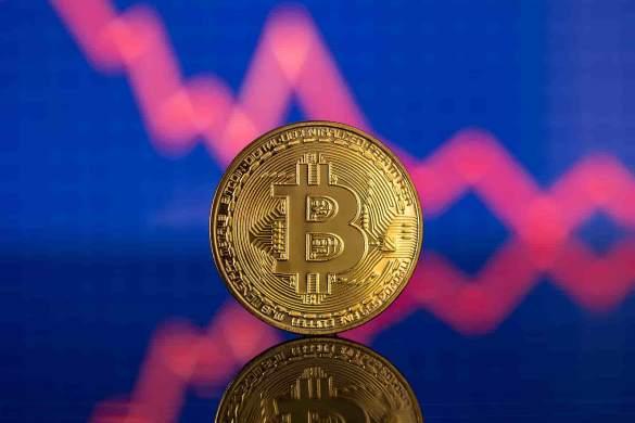 Moeda do bitcoin com gráfico em queda de fundo