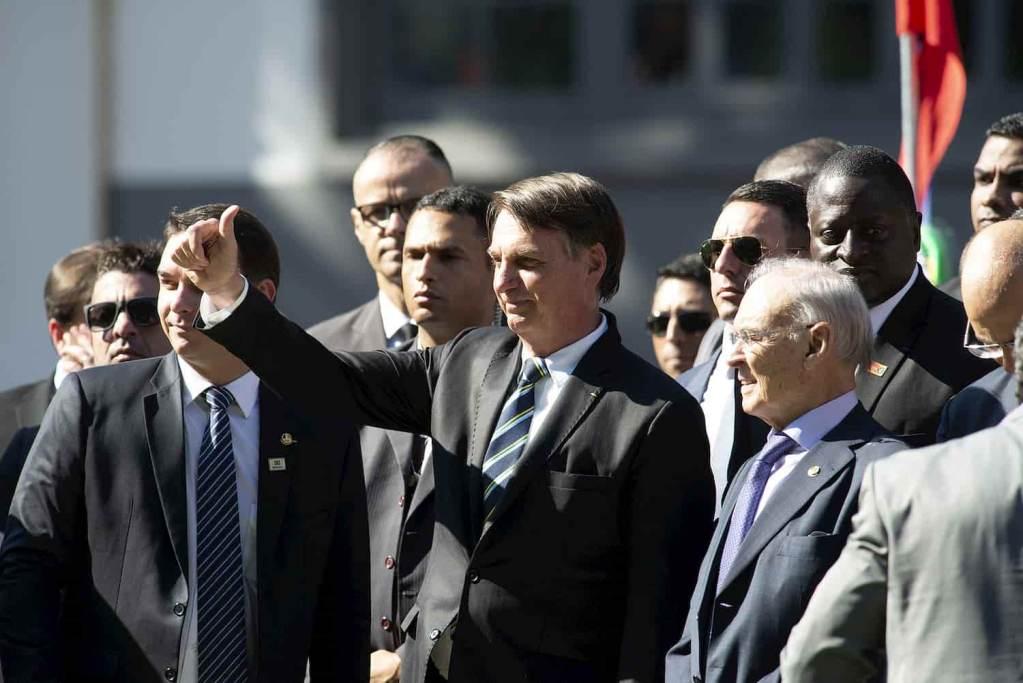 Bolsonaro dando joinha