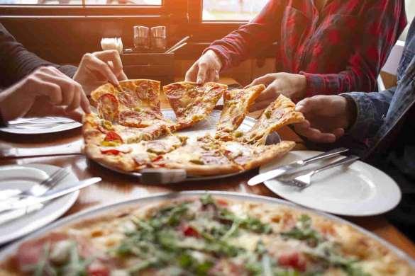 Pessoas comendo Pizza