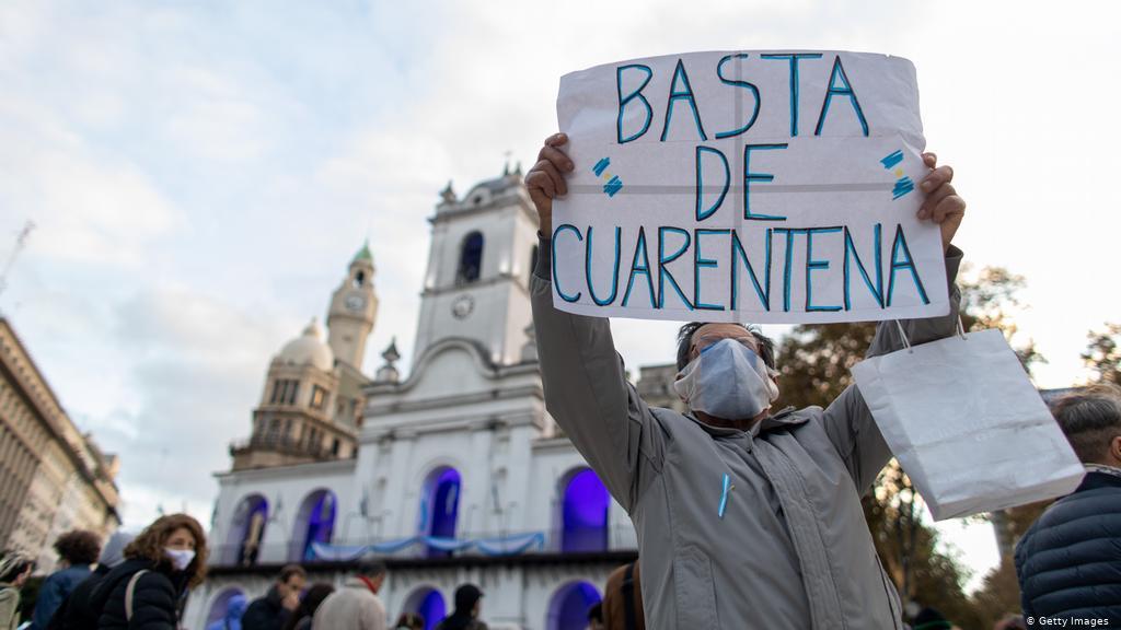O presidente do Uruguai, Luis Lacalle Pou, informou no início do ano que pretende atrair 50 mil argentinos fugindo do caos econômico.