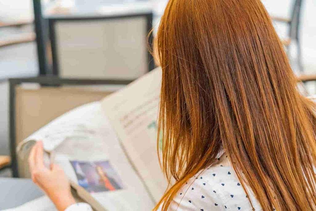 Mulher lendo jornal