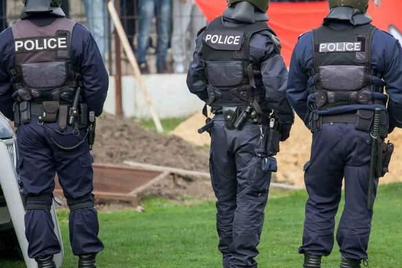 Políciais da Europa fardados de costas