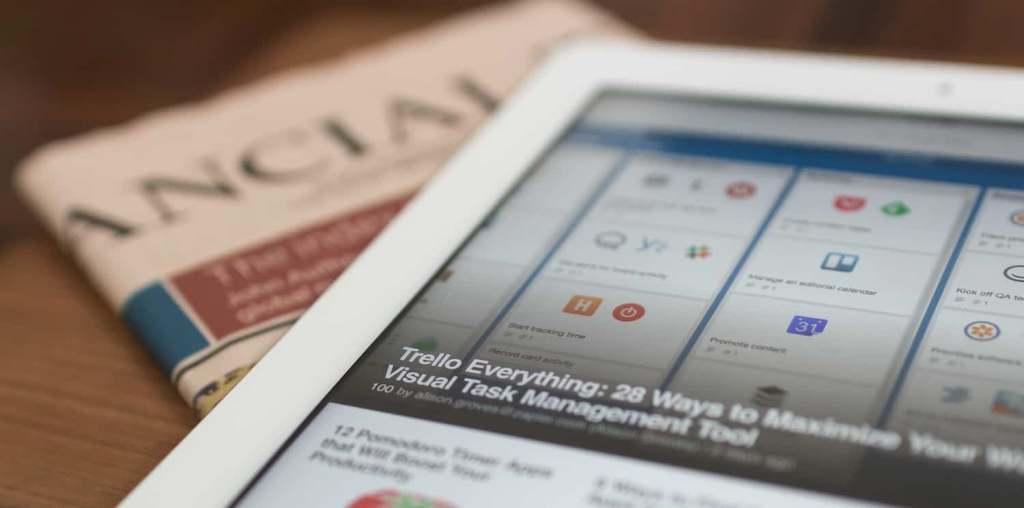 jornal no tablet e em papel