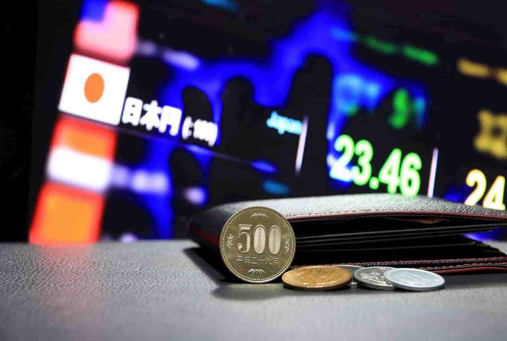 moeda japonesa com fundo de ações e bandeira do japão