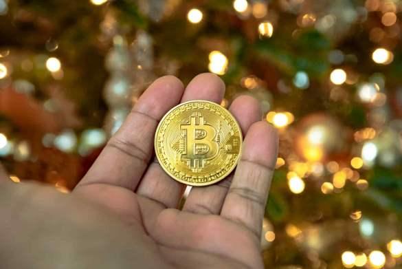Moeda de bitcoin e fundo com luzes natalinas