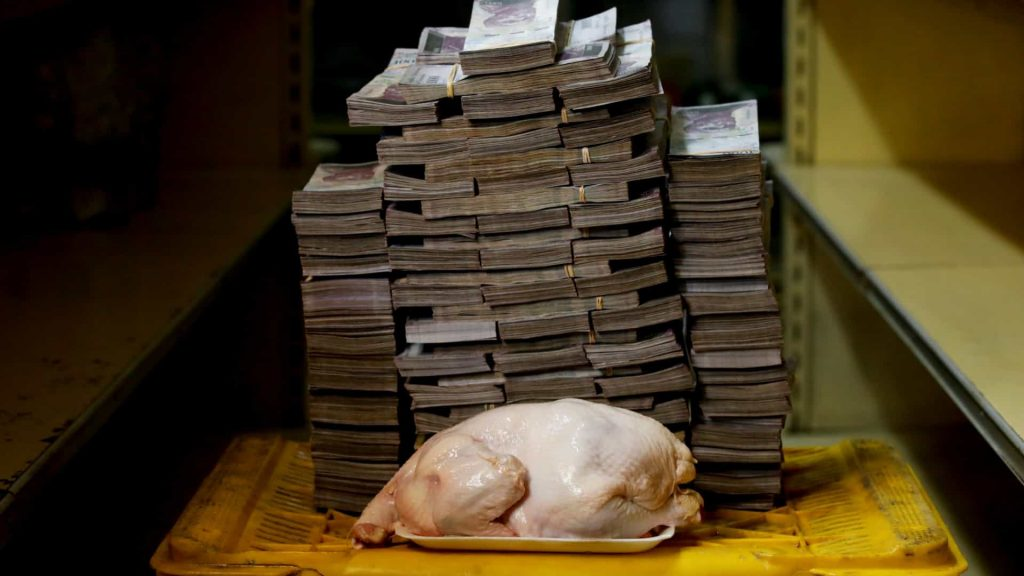 Quantidade de notas de bolívares venezuelanos necessário para se comprar 1kg de carne na Venezuela. Foto: Carlos Garcia Rawlins.
