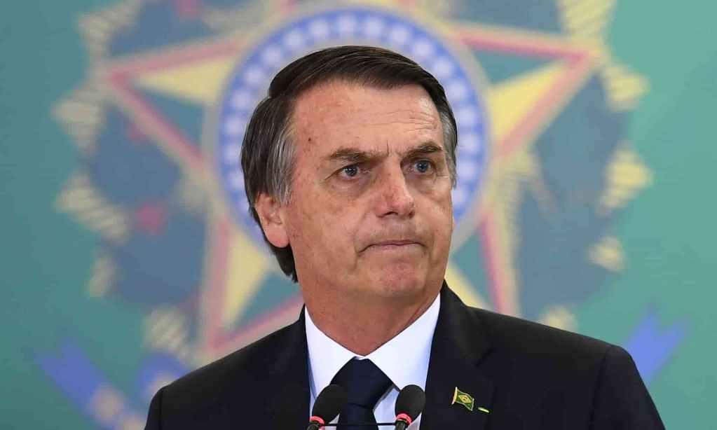 Bolsonaro ao fundo o brasão da República