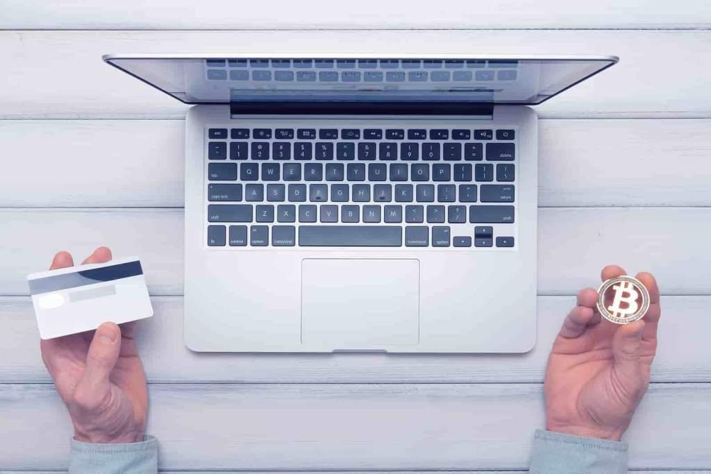 Cartão de crédito, computador e moeda de bitcoin empréstimos